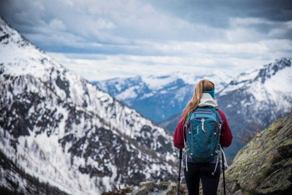 Flores wandert vor einem winterlichen Bergpanorama