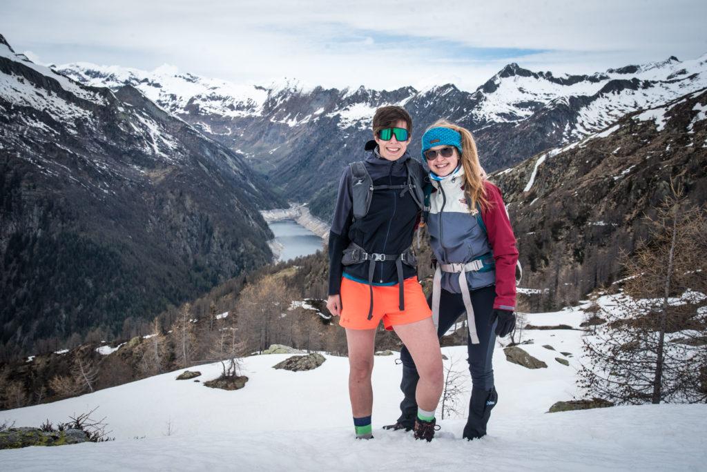 Saskia und Flores vor dem Bergpanorama