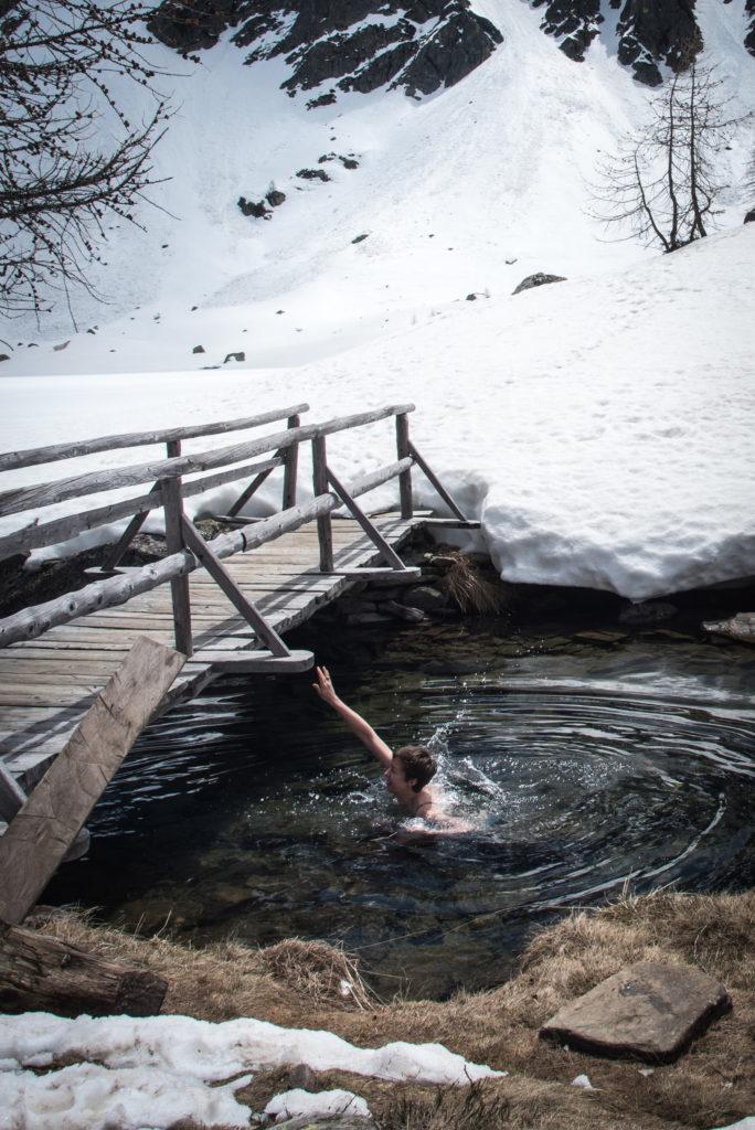 Bad im kalten Bergsee.