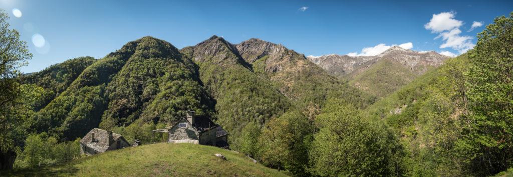 Panorama der grünen Tessiner Berge