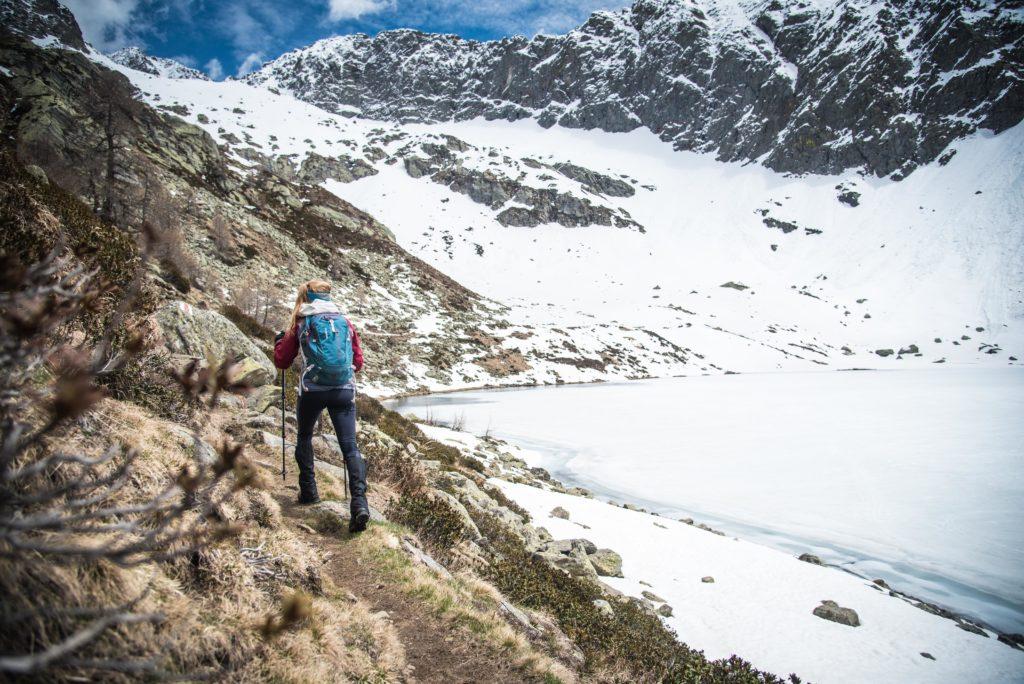 Wandern entlang des zugefrorenen Lago Mognola.
