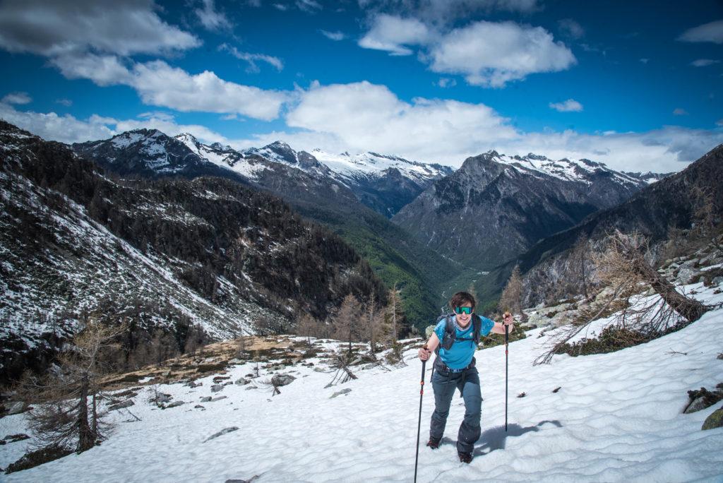 Durch den Schnee den Berg hinauf!