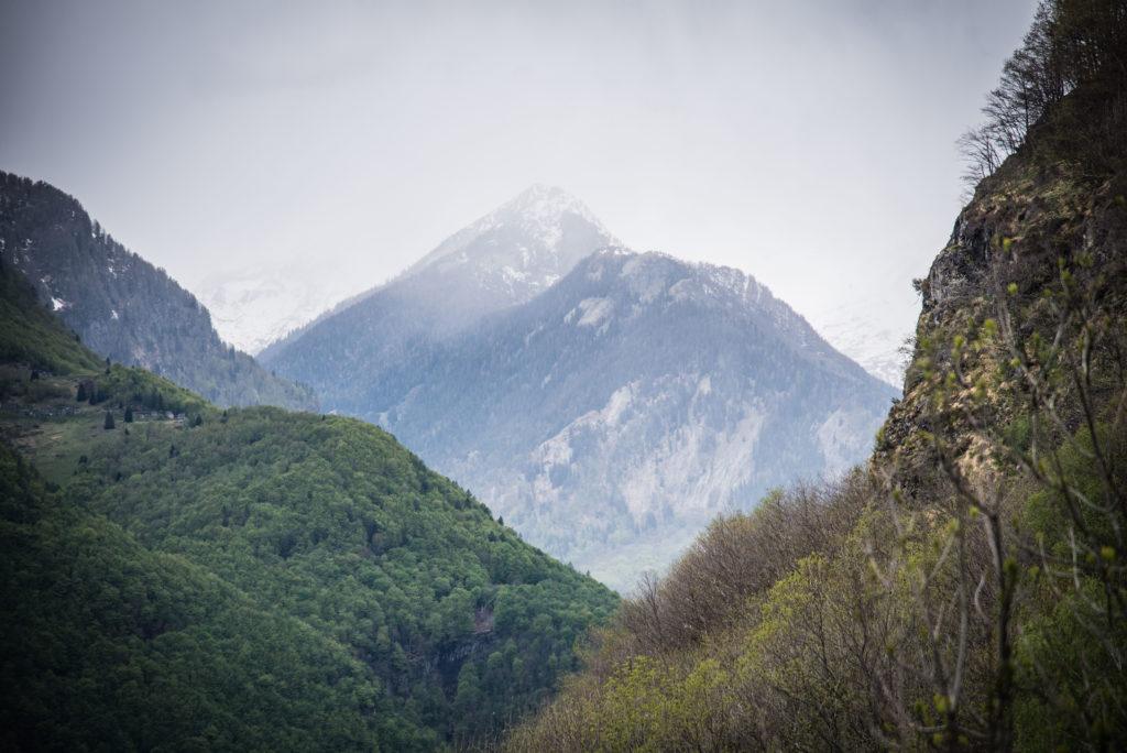 Berggipfel in Wolken gehüllt.
