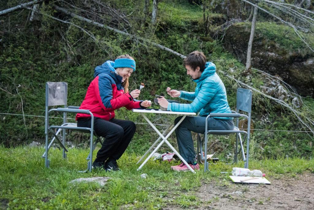 Saskia und Flores beim Abendessen auf dem Campingplatz
