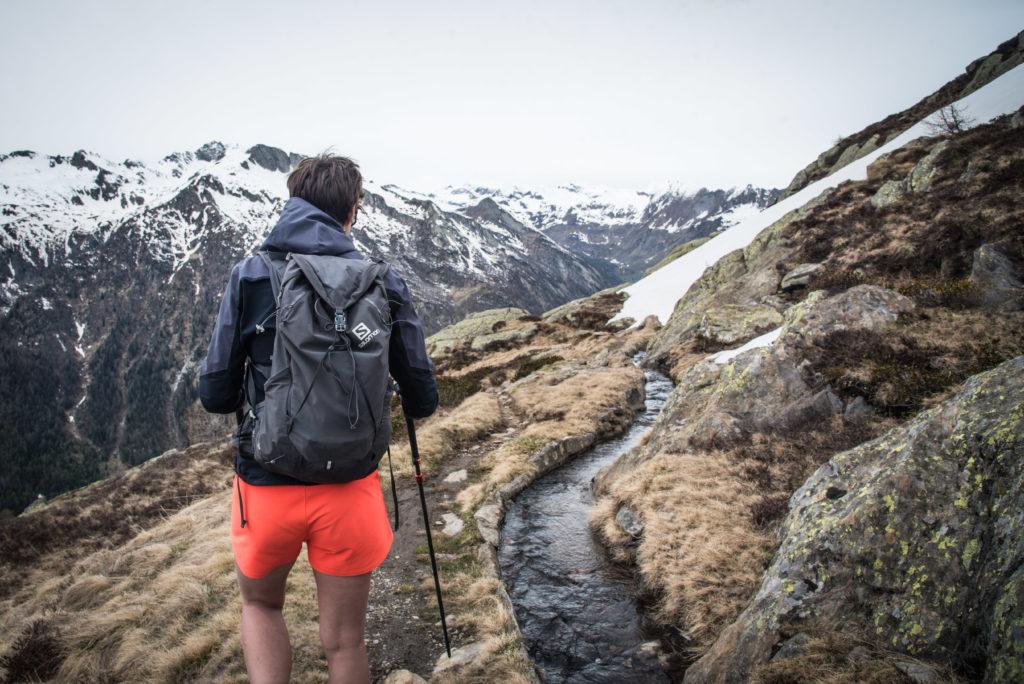 Wandern an einem Wasserkanal in den Bergen.