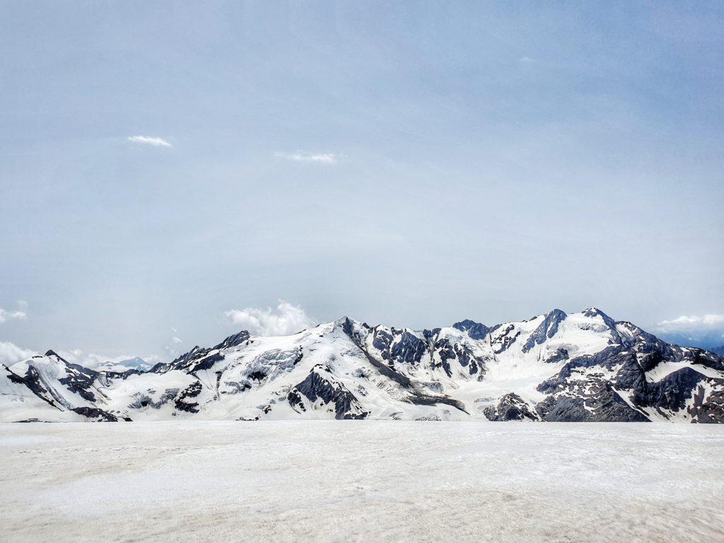 Weiße Berggipfel im Ortler-Massiv